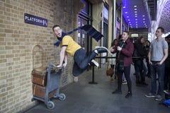Muur van de koningen de Dwarsdiepost door ventilators van Harry Potter aan phot wordt bezocht Royalty-vrije Stock Afbeelding