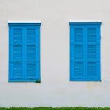 muur van de oude bouw en blauwe vensters met blinden Royalty-vrije Stock Foto