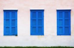 muur van de oude bouw en blauwe vensters met blinden Royalty-vrije Stock Foto's