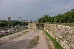 Muur van de rivierdijk van Nis Fortress en Nisava- NiÅ ¡ stock afbeelding