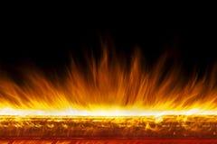 Muur van echte brandvlammen op zwarte achtergrond stock foto's