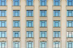 Muur van een gebouw met vensters Stock Afbeeldingen