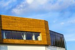 Muur van een modern die gebouw van gele houten planken wordt gemaakt Royalty-vrije Stock Foto's