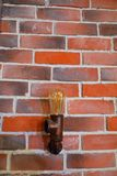 Muur van gekleurde bakstenen met een lamp royalty-vrije stock fotografie