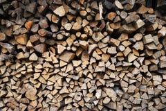 Muur van gestapeld brandhout royalty-vrije stock foto