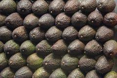 Muur van gestapelde avocado's royalty-vrije stock fotografie