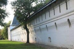 Muur van het klooster van Spaso Andronikov in Moskou royalty-vrije stock afbeelding
