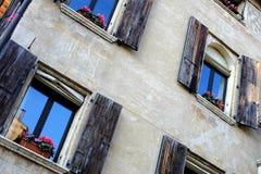 Muur van het oude huis met blinden in Treviso Stock Foto's