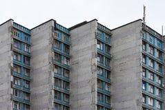 Muur van het oude slaapzaalgebouw van paneelblokken in Rusland en Wit-Rusland stock afbeeldingen