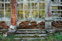 Muur van het oude vernietigde gebouw, achtergrond Stock Foto
