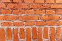 Muur van horizontale en verticale oranje bakstenen Royalty-vrije Stock Afbeeldingen