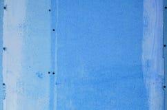 Muur van houtvezelplaat met sporen van lijm en verf stock fotografie