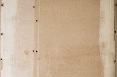 Muur van houtvezelplaat met sporen van lijm en verf stock foto