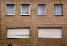 Muur van huis met barsten Stock Foto