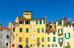 Muur van kleurrijke gebouwen met blindvensters op Piazza dell het vierkant van Anfiteatro in circusyard van middeleeuwse stad Luc royalty-vrije stock fotografie