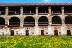 Muur van Klooster kirillo-Belozersky met bogen en deuren royalty-vrije stock foto