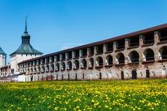 Muur van Klooster kirillo-Belozersky met de toren Royalty-vrije Stock Afbeelding