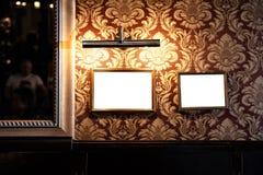 Muur van lege kaders en whiteboards in barbinnenland - Spot omhoog, aanplakbord, advertentieruimte binnen stock afbeeldingen