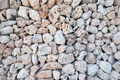 Muur van lichte ruwe rotsen royalty-vrije stock foto's