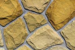 Muur van natuurlijk kalksteen wordt gemaakt dat Onregelmatige stenenoppervlakte Seamle Stock Fotografie