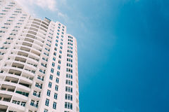 Muur van Nieuw Modern Woningbouwhuis Met meerdere verdiepingen in Woonwijk stock foto