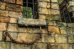 Muur van oud baksteen en rooster op venster royalty-vrije stock foto's