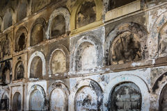 Muur van oude ernstige tellers in begraafplaats Stock Foto's