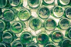 Muur van pakhuis met velen flessen Selectieve nadruk vormstof o Royalty-vrije Stock Foto's