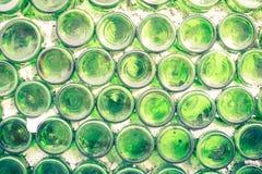Muur van pakhuis met velen flessen Selectieve nadruk vormstof o Stock Afbeelding
