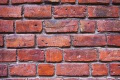 Muur van rode bakstenen wordt gemaakt die Stock Foto's