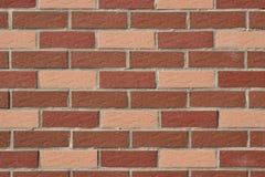 Muur van rode en roze bakstenen wordt gemaakt die Royalty-vrije Stock Foto's