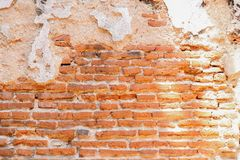 Muur van rode oude bakstenen en gebarsten cementachtergrond Stock Afbeelding