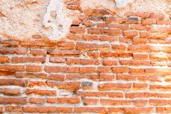 Muur van rode oude bakstenen met barstcement Stock Foto