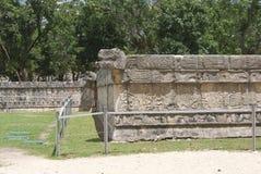Muur van schedels tzompantli in Chichen Itza, Mexico Stock Foto