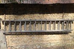 Muur van stal met ladder in Hooglanden dichtbij Myjava Stock Foto's