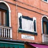 Muur van stedelijk huis op Campo San Provolo in Venetië Stock Afbeeldingen