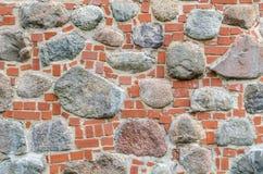 Muur van stenen en rode bakstenen wordt gemaakt die Royalty-vrije Stock Fotografie