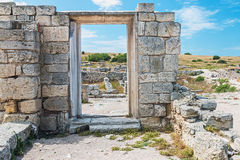 Muur van stenen met een gat onder de deur Cultureel monument Che royalty-vrije stock afbeeldingen
