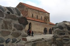 Muur van stenen vóór kerk in Uplistsikhe stock fotografie