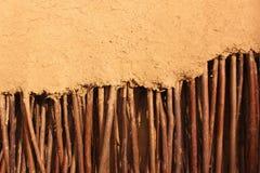 Muur van takjes in klei worden verpakt die Stock Afbeeldingen
