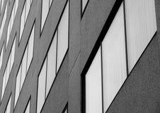 Muur van vensters bij de concrete bouw stock afbeelding