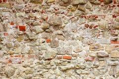 Muur van verschillende stenen wordt gemaakt die Stock Foto's