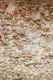 Muur van verschillende stenen wordt gemaakt die Stock Fotografie