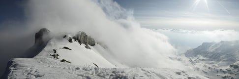 Muur van wolken en voetstappen in de sneeuw stock afbeeldingen