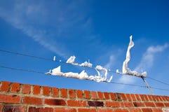 Muur, wind, draad en afval Stock Fotografie