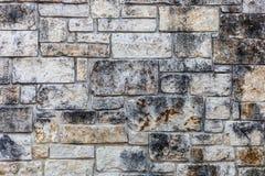 Muurachtergrond met divers - met maat steenplakken Stock Afbeeldingen