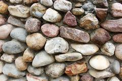 Muurachtergrond van grote multi-colored stenen stock afbeeldingen