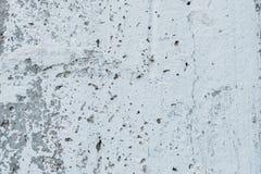 Muurfragment met attritions en barsten stock fotografie