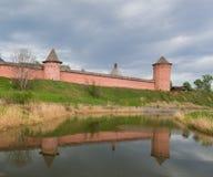 Muurfragment met de toren van spaso-Evfimiyev van een man klooster in Suzdal royalty-vrije stock fotografie