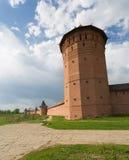 Muurfragment met de toren van spaso-Evfimiyev van een man klooster in Suzdal stock afbeelding